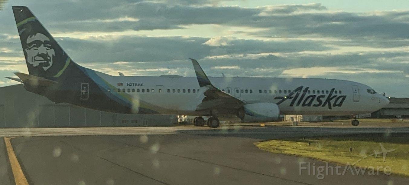 Boeing 737-900 (N278AK) - Waiting to take off