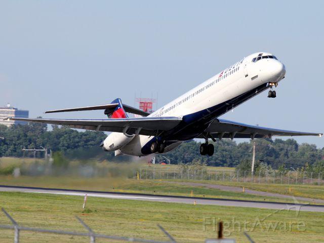 McDonnell Douglas MD-88 (N908DE) - my shot of the Summer!