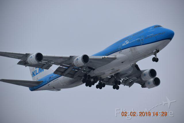 Boeing 747-400 (PH-BFW) - Landing on 28C at KORD.