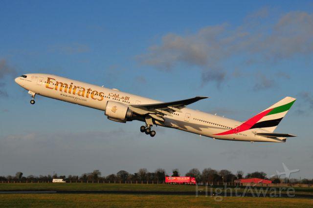 BOEING 777-300 (A6-EGX)