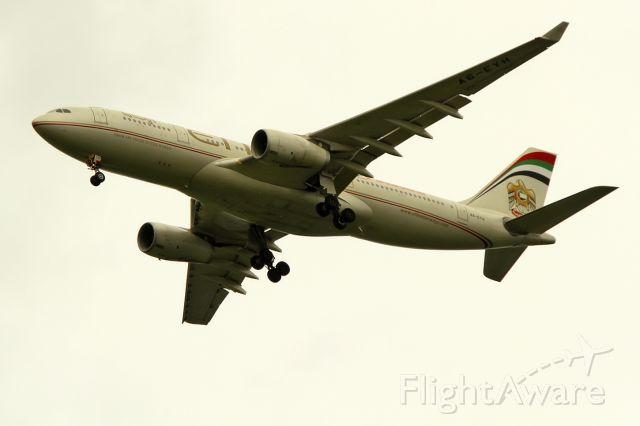 Airbus A330-200 (A6-EYH) - 15/06/2012