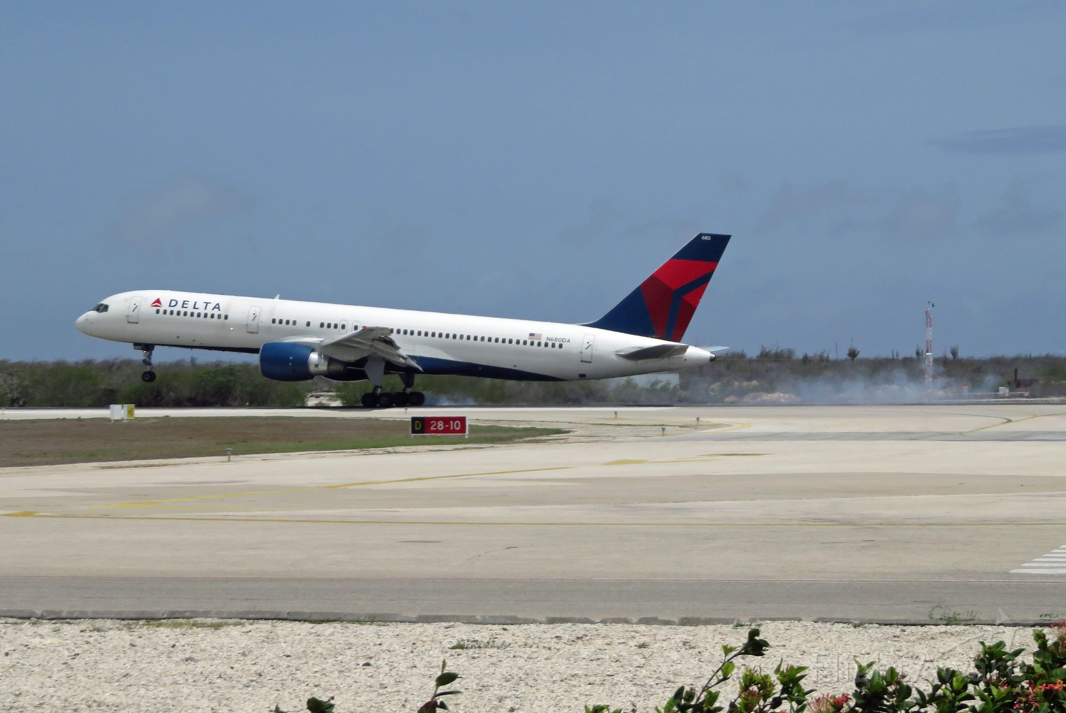 Boeing 757-200 (N680DA)