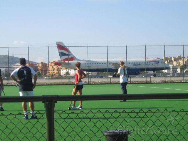 — — - Jugando al hockey en Gibraltar