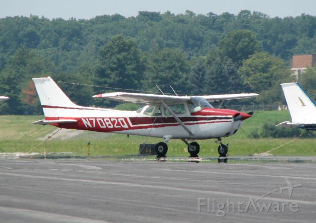 Cessna Skyhawk (N7082Q) - a little optical distortion from the heat on the pavement!