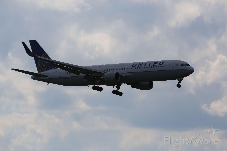 BOEING 767-300 (N669UA) - United 767-400 on approach to KEWR 04L.