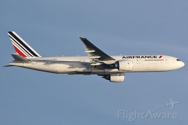 Boeing 777-200 (F-GSPV) - Taking off.