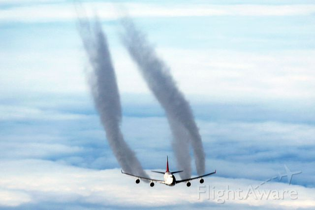 — — - Mid atlantic flying east to west April 19, 2012- amazing image B747 passing 2000 ft below us at FL39 - closing speed over 1000 mile an hour! This was the best of a series of images . . .