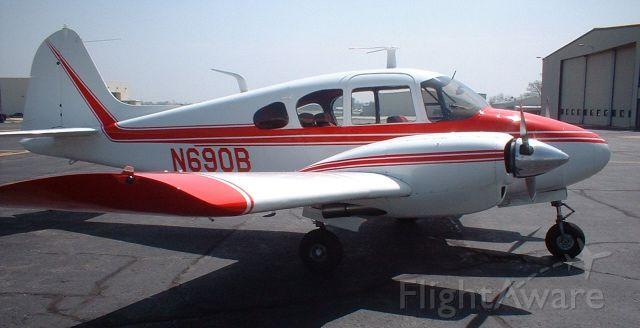 Piper Apache (N690B)