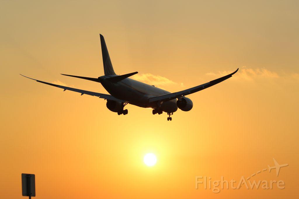 Boeing 787-8 (N27958) - Arriving RWY27