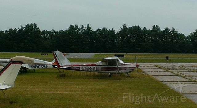 Cessna Skyhawk (N7723U) - An old beat up C172. Seen a lot of hours, resting now - semi-permanently it seems - at Nashua airport.
