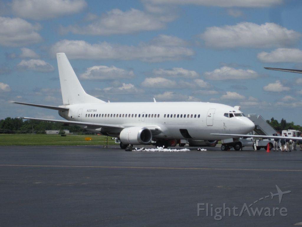 BOEING 737-300 (N307WA) - N307WA loading USCBP detainees at Buffalo-Niagara Airport 6.13.12