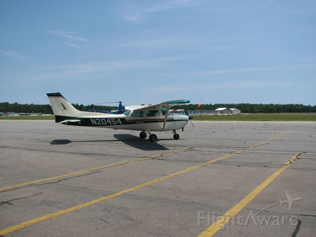 Cessna Skyhawk (N20454) - N20454 taxiing for a departure for a training flight.