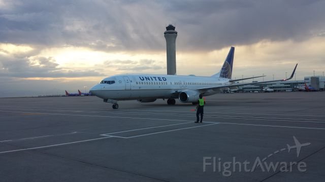 Boeing 737-800 — - Pulling into gate B43 KDEN