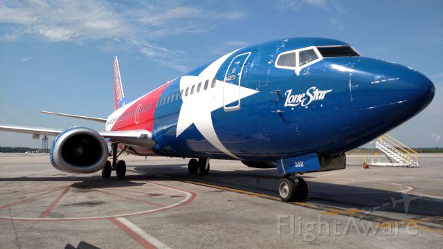 BOEING 737-300 (N352SW)
