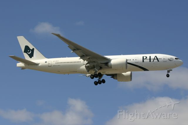 Boeing 777-200 (AP-BGY) - March 26, 2006 - approached Toronto