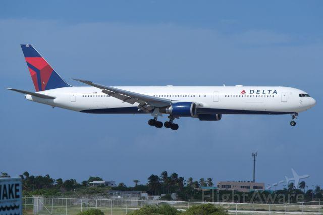 BOEING 767-400 (N837MH)