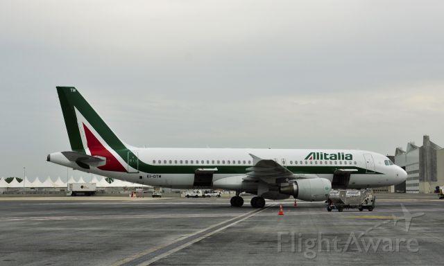Airbus A320 (EI-DTM) - Alitalia Airbus A320-216 EI-DTM in Roma Fiumicino