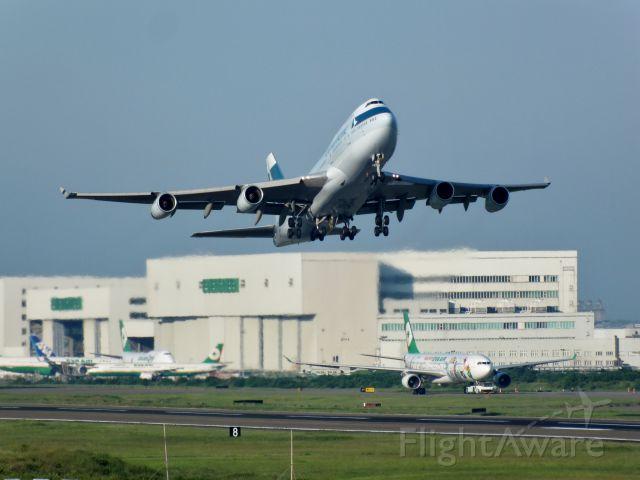 Boeing 747-400 (B-HUJ)
