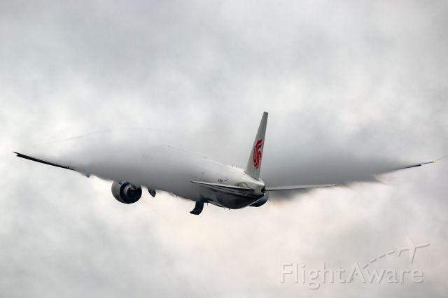 BOEING 777-300 (B-1266) - heavy rain in Frankfurt!