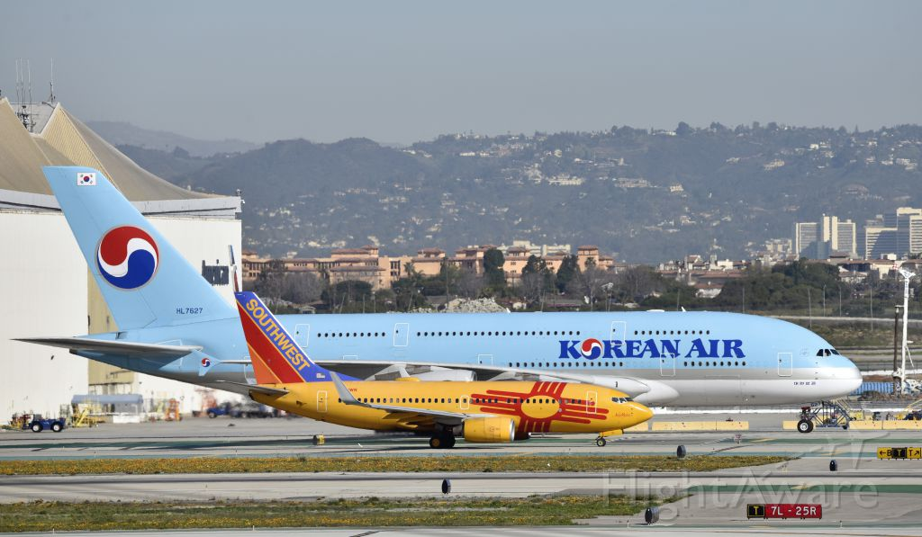 Boeing 737-700 (N781WN) - Taxiing to gate at LAX