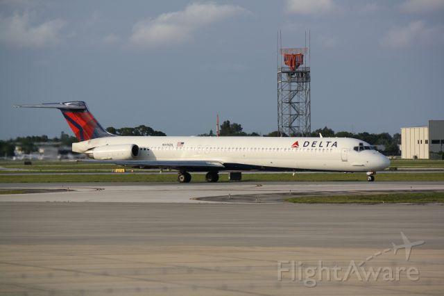 McDonnell Douglas MD-88 (N915DL) - Delta Flight 1072 (N915DL) taxis for departure from Sarasota-Bradenton International Airport