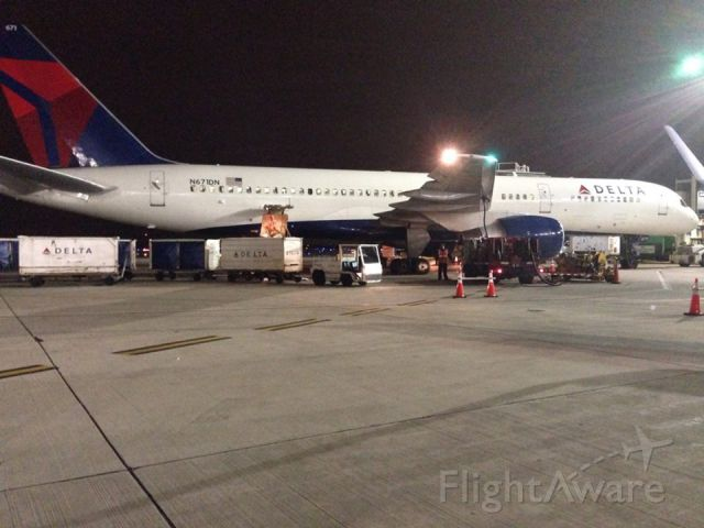 Boeing 757-200 (N671DN) - Loading a 757 at Chicago Ohare heading to ATL