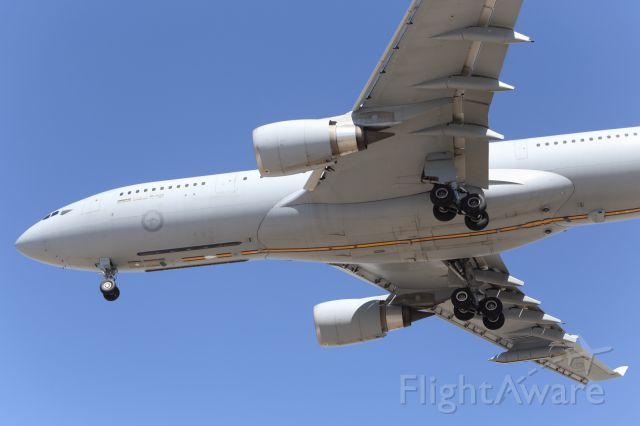 Bell JetRanger (A39004) - RAAF, A330-200 MRTT, approaches YBTL.