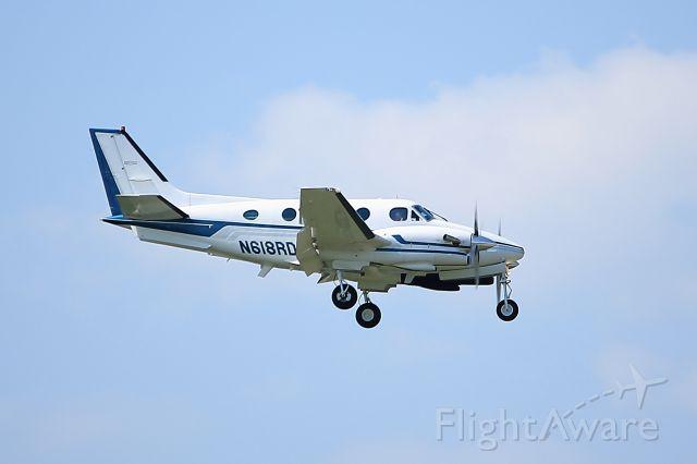 Beechcraft King Air 90 (N618RD) - Aircraft on final approach to runway 4 at KHOU.  9.23.12