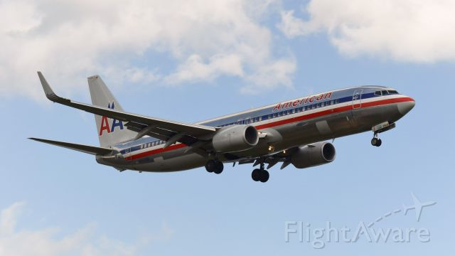 Boeing 737-800 (N903NN) - N903NN before it recieved the new American colors. Coming in for a landing on RWY 19. Taken from the Gravelly Point Park in October 2015