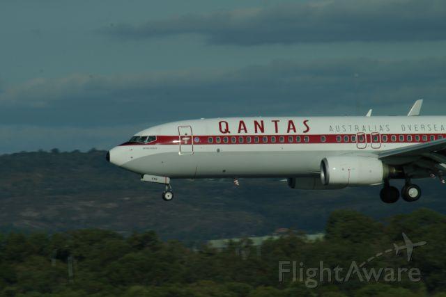 Boeing 737-800 (VH-VXQ) - Qantas Boeing 737-800 (Retro Roo 1959) landing rwy 03 at Perth Intl Airport.