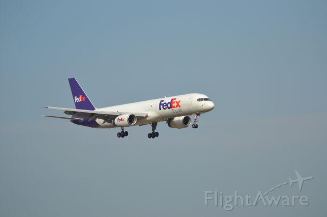 Boeing 757-200 (N939FD) - On final to FSD Runway 21
