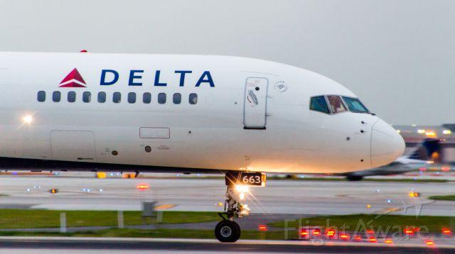 BOEING 757-300 (N663DN)