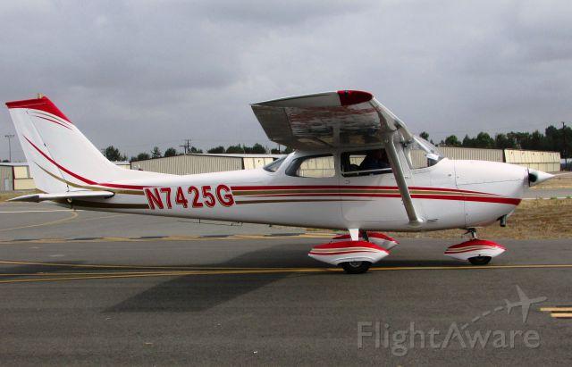 Cessna Skyhawk (N7425G) - Taxiing to RWY 24