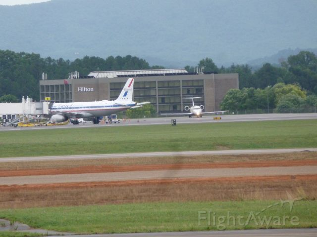 Airbus A320 (N475UA) - United Retro With Delta CRJ7 In the background