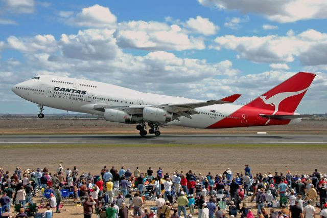 Boeing 747-400 (VH-OJO) - A Queen and her audience - departing the Avalon Airshow, Victoria, March 25, 2007.