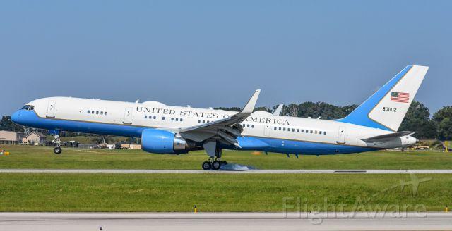 Boeing 757-200 (98-0002) - Slamming it down onto 23L!
