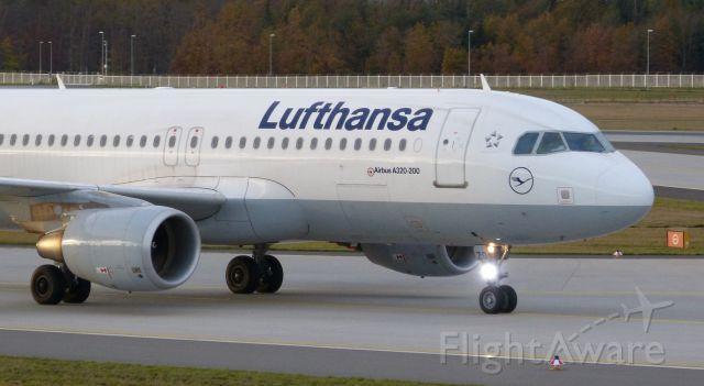 Airbus A320 (D-AIZG) - Lufthansa's A320 DAIZG taxiing on 07L/25R