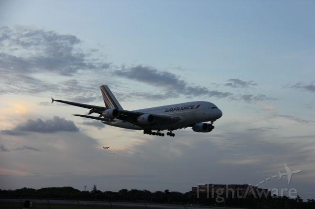 Airbus A380-800 — - Aterrizaje aeropuerto Internacional de Miami