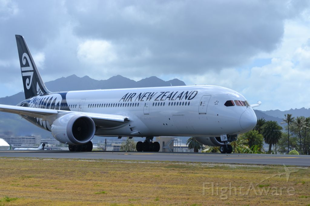 Boeing 787-9 Dreamliner (ZK-NZH) - An Air New Zealand 787-900 heading out to the reef runway at PHNL.
