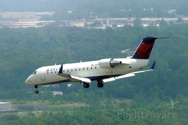 — — - Delta regional jet landing at Memphis International Airport
