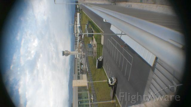— — - Nuevo Aeropuerto Mariscal Sucre