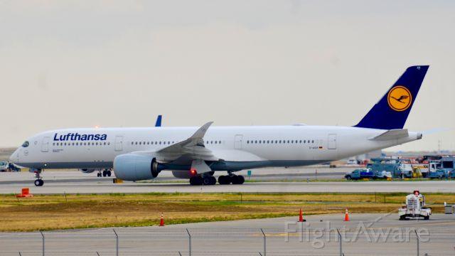 Airbus A350-900 (D-AIXH) - Neat beacon shot!