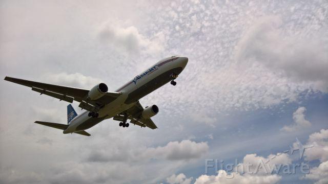 BOEING 767-300 (N319CM)