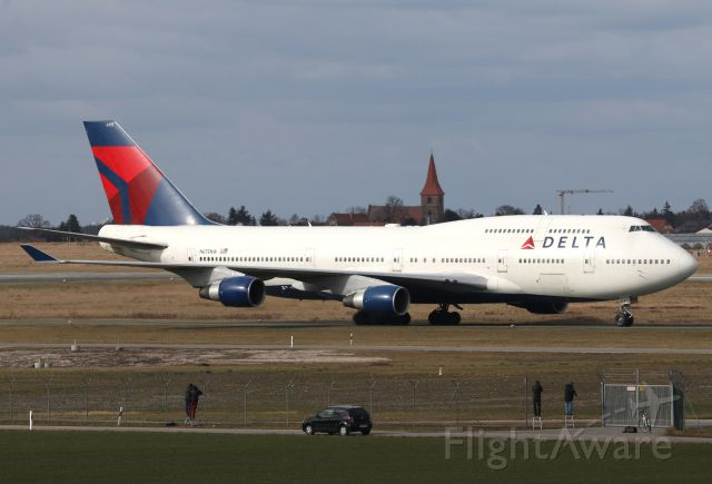 Boeing 747-400 (N675NW) - Spotters at work