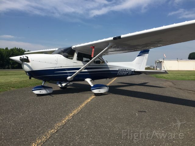 Cessna Skyhawk (N119PW) - Fresh out of the paint shop