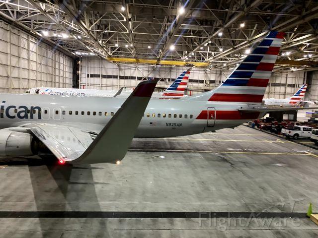 Boeing 737-800 (N925AN)