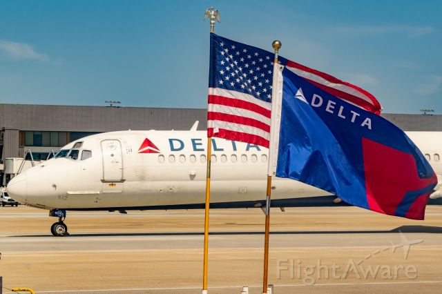 McDonnell Douglas MD-88 (N910DE) - One of the last of the Delta MD-80s taxies by a patriotic display before heading into retirement. 6/2/2020