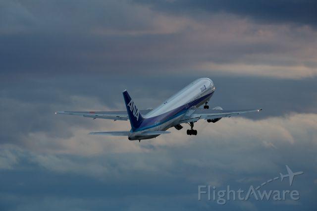 BOEING 767-300 (JA8360)