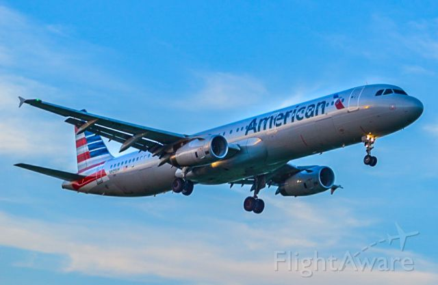 Airbus A321 (N925UY) - A321 on final at DCA during June of 2017.