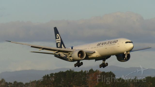 BOEING 777-300ER (ZK-OKR) - Swooping in like an eagle.